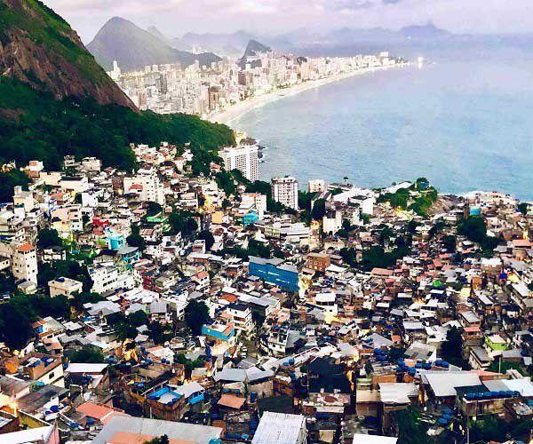 colina con gente pobre favela