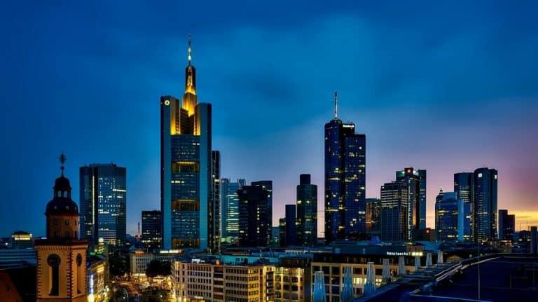 Frankfurt por paisaje nocturno