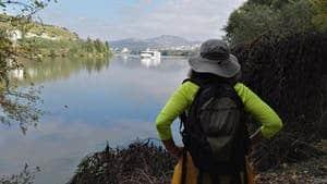 mujer viaje en solitario portugal