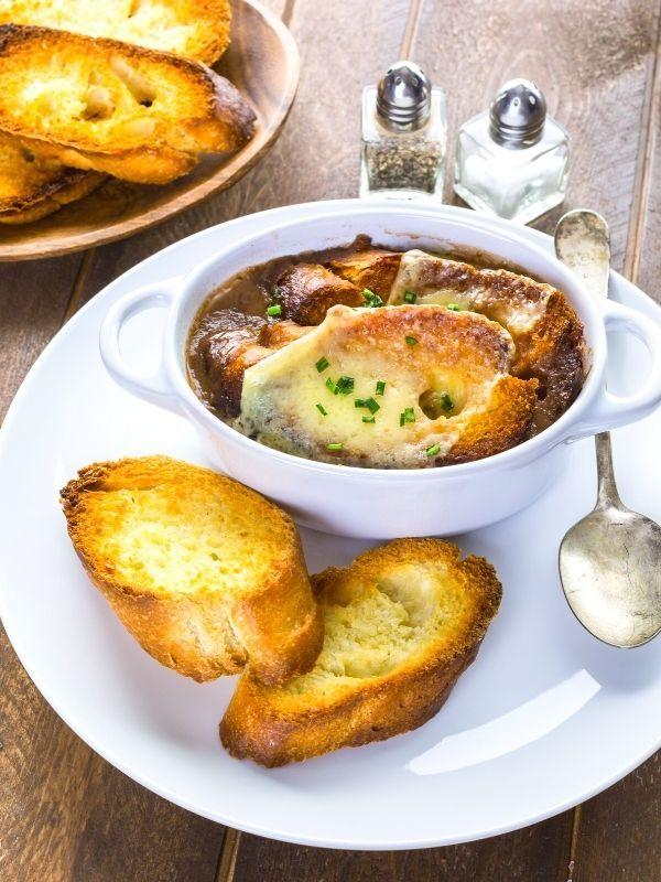 sopa de cebolla roja francesa